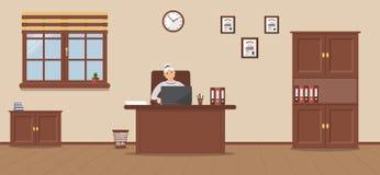 Una donna anziana che si siede nel posto di lavoro in un ufficio spazioso su un fondo crema illustrazione vettoriale
