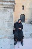 Una donna anziana con una canna Fotografie Stock