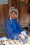 Una donna anziana dal gruppo etnico di Akha Immagine Stock