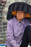 Una donna anziana di hakka in Kat Hing Wai di Hong Kong Fotografia Stock Libera da Diritti