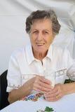 Una donna anziana e un bicchiere di latte Fotografie Stock