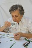 Una donna anziana sta prendendo una tazza di tè Immagini Stock