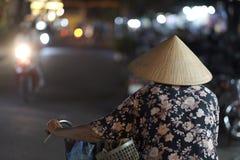 Una donna anziana in un cappello di paglia vietnamita tradizionale  fotografia stock libera da diritti e837fdd5e302