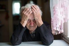 Una donna anziana in uno stato depressivo pensionato immagini stock