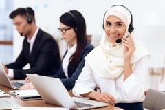 Una donna araba lavora in una call center immagine stock libera da diritti