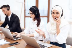 Una donna araba lavora in una call center fotografie stock