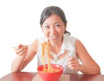 Una donna asiatica che mangia le tagliatelle Fotografia Stock