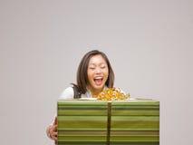 Una donna asiatica e un regalo Fotografia Stock Libera da Diritti