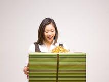 Una donna asiatica e un regalo Immagine Stock