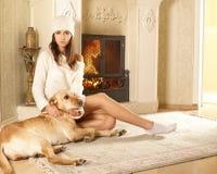 Una donna attraente con un cane Fotografia Stock Libera da Diritti
