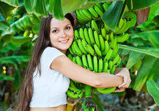 Una donna è banane della holding Immagine Stock
