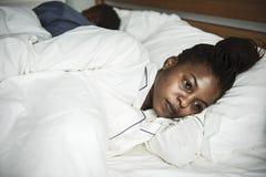 Una donna ben sveglio a letto fotografia stock libera da diritti