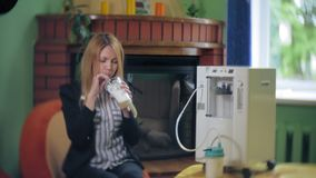 Una donna beve un cocktail dell'ossigeno con un dispositivo per la feccia dell'ossigeno Cocktail dell'ossigeno per una donna Una  archivi video