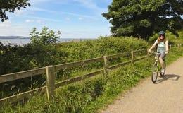 Una donna Bikes il modo di Wirral, Kirby ad ovest Fotografia Stock Libera da Diritti