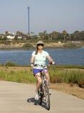 Una donna Bikes l'isola di festa, la baia di missione, San Diego Fotografie Stock Libere da Diritti