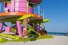 Una donna in bikini a Miami Beach Immagini Stock