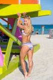 Una donna in bikini a Miami Beach Fotografie Stock Libere da Diritti