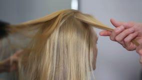 Una donna bionda nello studio dei capelli archivi video