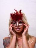 Una donna bionda sta indossando una maschera Immagini Stock