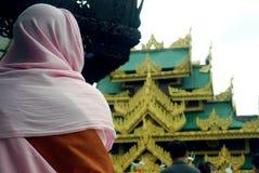 Una donna buddista che sta andando visitare la pagoda fotografie stock libere da diritti