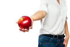Una donna in una camicia bianca tiene una mela in sua mano Fotografia Stock Libera da Diritti