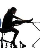 Donna di affari che massaggia la sua siluetta della gamba Fotografia Stock Libera da Diritti