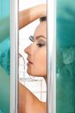 Una donna che cattura un acquazzone Immagine Stock Libera da Diritti