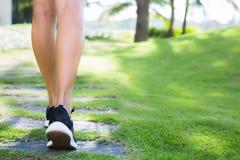 Una donna che corre all'aperto Esercitandosi al parco fotografia stock libera da diritti