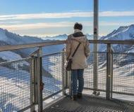 Una donna che gode sul picco della neve fotografia stock libera da diritti
