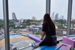 Una donna che guarda fuori al terminale 21 Pattaya fotografie stock libere da diritti