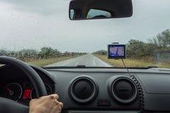 Una donna che guida con l'aiuto Immagine Stock