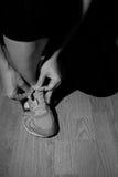 Una donna che indossa le sue scarpe da corsa Fotografia Stock