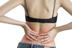 Una donna che la tiene indietro nel dolore, con rosso evidenziato su area di dolore su un fondo bianco Immagini Stock Libere da Diritti