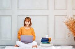 Una donna che lavora nella sua stanza immagine stock libera da diritti