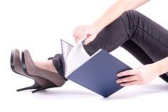 Una donna che legge un libro Immagini Stock