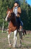 Una donna che monta un cavallo Fotografia Stock Libera da Diritti