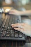 Una donna che per mezzo della tastiera Fotografia Stock Libera da Diritti