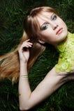 Una donna che porta un collare del cetriolo Fotografia Stock