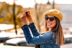 Una donna che prende le immagini in un parco della citt? fotografia stock libera da diritti