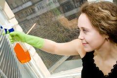 Una donna che pulisce una finestra Fotografia Stock Libera da Diritti