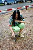 Una donna che salva un pesce gatto sulla terra Fotografie Stock