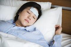 Una donna che soffre dalla febbre fotografia stock