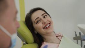 Una donna che sorride al dentista Work del dentista con il paziente Il sorriso perfetto video d archivio
