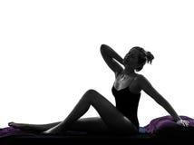 Donna che sveglia allungando la siluetta del neckache a letto Fotografie Stock Libere da Diritti