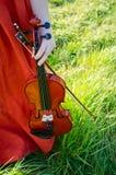 Una donna che tiene un violino Fotografie Stock Libere da Diritti