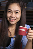 Una donna che tiene una tazza di caffè. Fotografia Stock