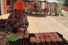 Una donna che vende banana cotta Fotografia Stock