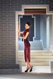Una donna cinese classica vestita nel cheongsam Immagine Stock