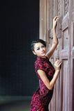 Una donna cinese classica vestita nel cheongsam Immagini Stock