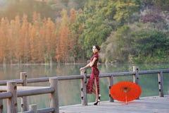 Una donna cinese classica vestita nel cheongsam Fotografia Stock